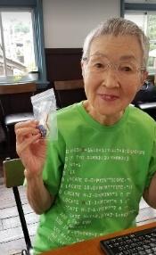 若草色のTシャツを着た若宮正子さん